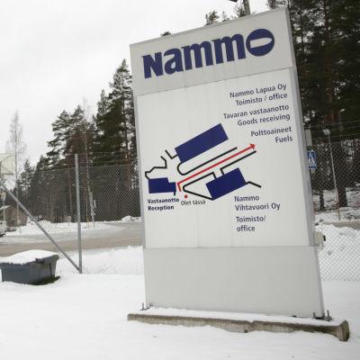 Nammon Vihtavuoren ammustehtaan portti.
