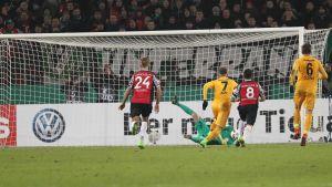 Lukas Hradecky räddar straff i tyska cupen, Frankfurt-Hannover, februari 2017.