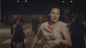 Tanja Heinänen näyttelee Mirjaa Säälistäjät-elokuvassa.