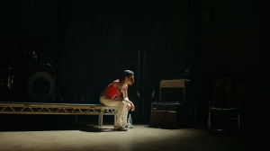 En ensam Freddie Mercury. Scen ur filmen.