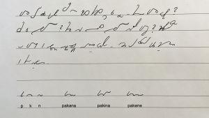 Aristoteleen kantapää -ohjelman lehdistotiedote Niklas Variston kirjoittamalla pikakirjoituksella