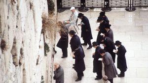 Judar ber vid klagomuren i Jerusalem