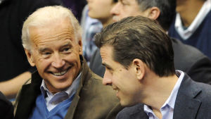 Joe Biden med hans son, advokaten Hunter Biden, under en baseball match i Washington DC i januari 2010.