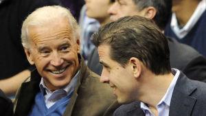 Joe Biden med hans son, advokaten Hunter Biden, under en baseball match i Washington DC i januari 2010.