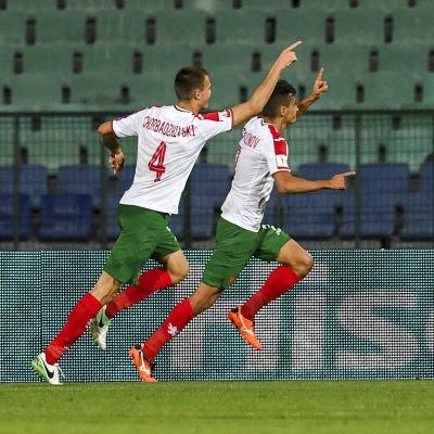 Bozhidar Chorbadzhiyski och Georgi Kostadinov jublar framför ögonen på Emil Forsberg.