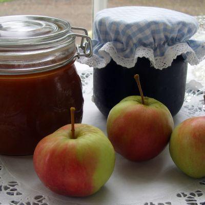 Hillopurkkeja ja omenoita tarjottimella