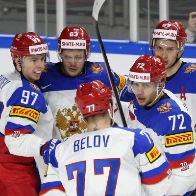 Nikita Gusev, Jevgenij Dadonov, Anton Belov, Artemi Panarin och Vadim Shipachev firar efter ett mål.