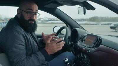 Ali Jahangiri istuu autossa.