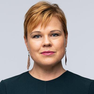 profilbild Ingemo Lindroos, grön blus, kort hår med lugg, tittar i kameran