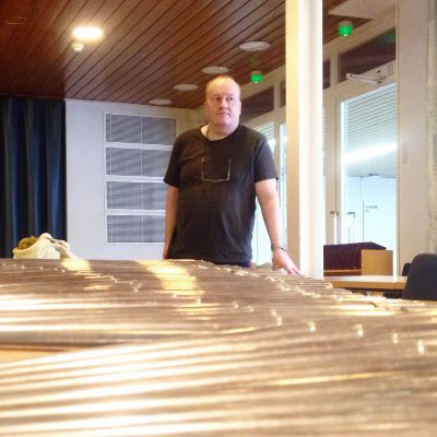 Urkuasentaja Kalevi Raitia puhdisti 500 pilliä ennen niiden asentamista paikolleen.