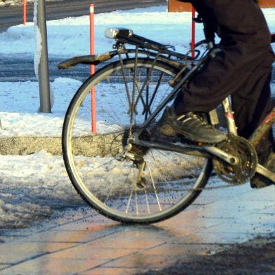 Cyklist på vintrig gata