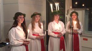 Ekenäs lucia 2017 Maja Lundin och tärnorna Ingrid Burgmann, Ellinor Blomqvist och Emilia Lindh står i en radiostudio.