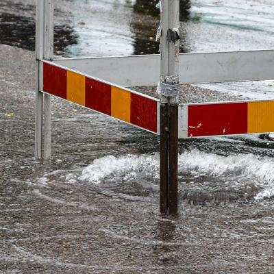 Gatubrunn svämmar över på Ågatan i Borgå