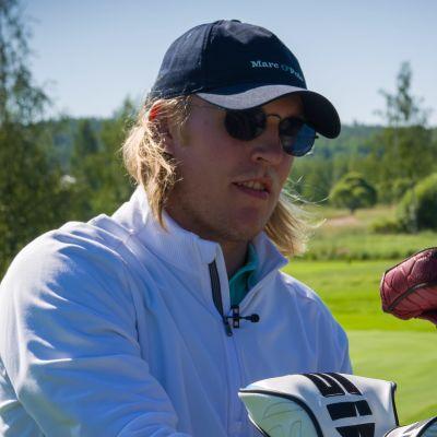 Patrik Laine spelar golf.