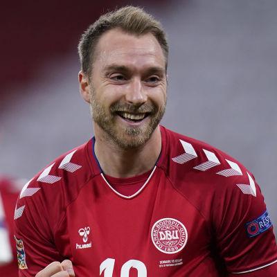 Christian Eriksen firar mål.