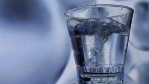 Silvervatten hälls i glas.