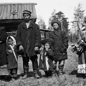 Napasel Ed. Samojedfamilj med mormor. Tym-floden 1912. Foto: Kai Donner, Museiverket.