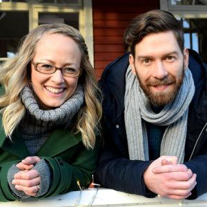 Elin Skagersten-Ström ja Jonas Sundström seisovat Strömsö-talon kuistilla.