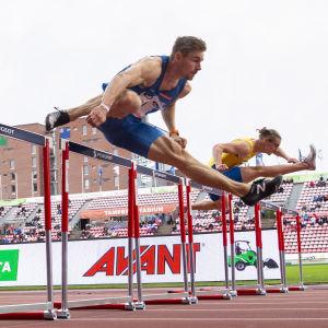 Elmo Lakka voitti 110 metrin aitajuoksun Ruotsi-ottelussa 2020.