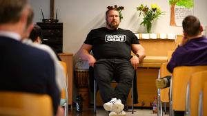 Mika Törrö föreläser om sin bakgrund som drogmissbrukare
