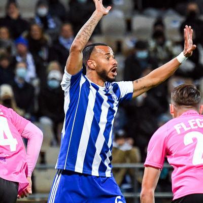 Jair Silva gestikulerar i match mot LASK.