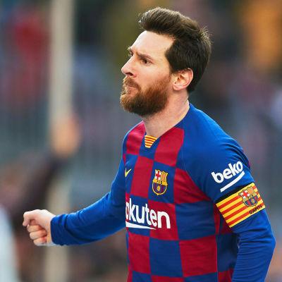 Lionel Messi lyfter näven.