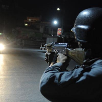Afghanistansk polis övervakar vägen från Wazir Akbar Khan efter attack mot ett hotell 27.5.2015