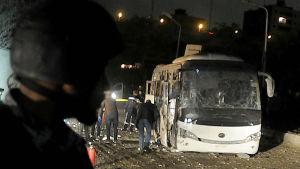Tre vietnamesiska turister och en egyptisk guide dödades i en turistbuss då en bomb exploderade vid vägkanten 4 kilometer från pyramiderna i Giza