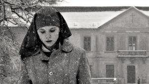 Agata Trzebuchowska nunnakokelaana lumisateessa elokuvassa Ida.