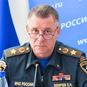 Jevgeni Zinitšev pitää tiedotustilaisuutta. Hänellä on tummanvihreä univormu ja silmälasit.