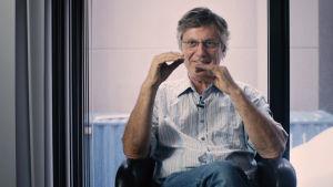 Lasse Hallström muistelee Abban musiikkivideoiden kuvauksia. Kuva tv-dokumentista Abba - valokuvien tarinat.