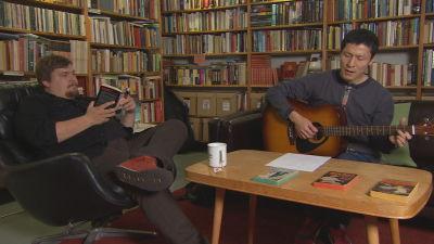 Mathias Rosenlund lyssnar på Kei Saito som spelar gitarr