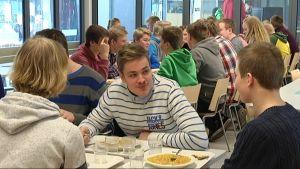 Elever äter i Källhagens skola.
