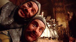 Terry Jones ja MIchael Palin pyöreän pöydän ritareina elokuvassa Monty Pythonin hullu maailma