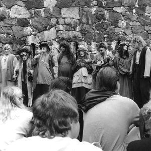 Näyttelijä Tomi Salmela Ryhmäteatterin Taru sormusten herrasta -näytelmässä Suomenlinnassa 1989, kuva otettu katsomosta.