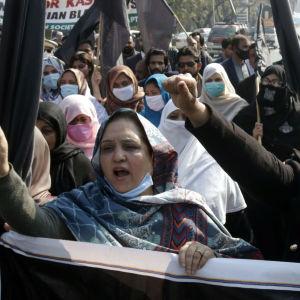 Demonstranter i Pakistan som vill visa solidaritet med Kashmirborna i Indien