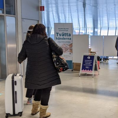 Personer köar till coronaprovtagning i Västra terminalen.
