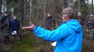 Studerande på Novia i skogen.