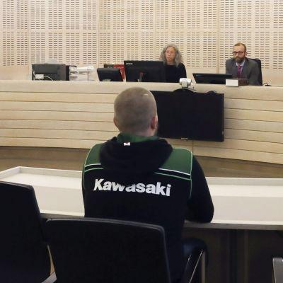 Bild från en rättssal i Ekenäs tingsrätt. Till vänster i bilden ser man mannen som stod åklagad för bl.a. tre fall av dödsvållande i samband med Skogbyolyckan.