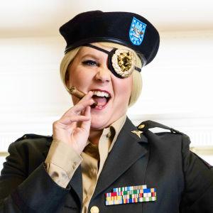 Amy Schumer sotapäällikkönä.