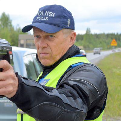 Ylikonstaapeli Seppo Tompuri valvoi juhannuksen menoliikennettä torstaina iltapäivällä Mikkelin eteläpuolella.