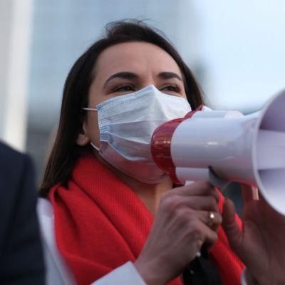 Svjatlana Tsihanouskaja puhuu megafoniin maski kasvoillaan