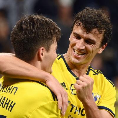 Roman Eremenko firar ett mål med en lagkamrat.