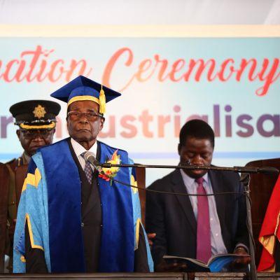 Zimbabwes president Robert Mugabe höll öppningstal vid en examensceremoni vid Zimbabwe Open University i utkanterna av Harare på fredagen 17.11.2017.