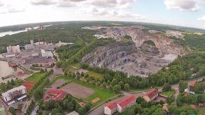 Flygfoto av kalkgruvan i Pargas