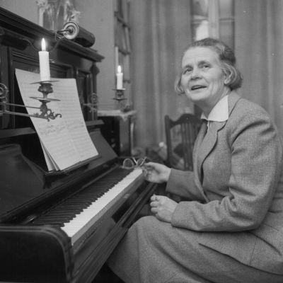 Säveltäjä Helvi Leiviskä pianon ääressä.