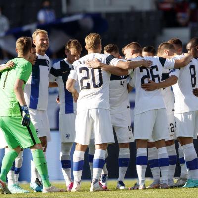 Finlands fotbollsherrar samlas i ring.