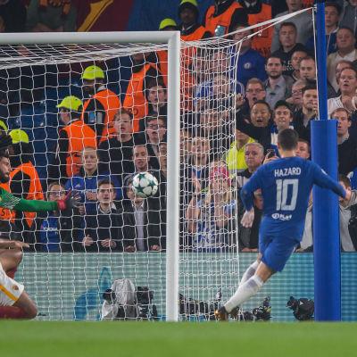 Eden Hazard skjuter in bollen i AS Romas mål.