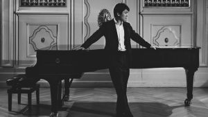 pianisti Seong-Jin Cho seisoo flyygelin edessä