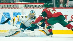 Mikael Granlund försöker överlista Pekka Rinne.